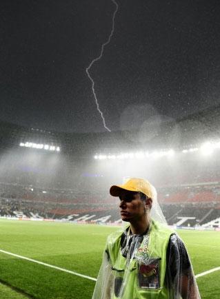 Евро-2012. Матч Украина - Франция остановила гроза